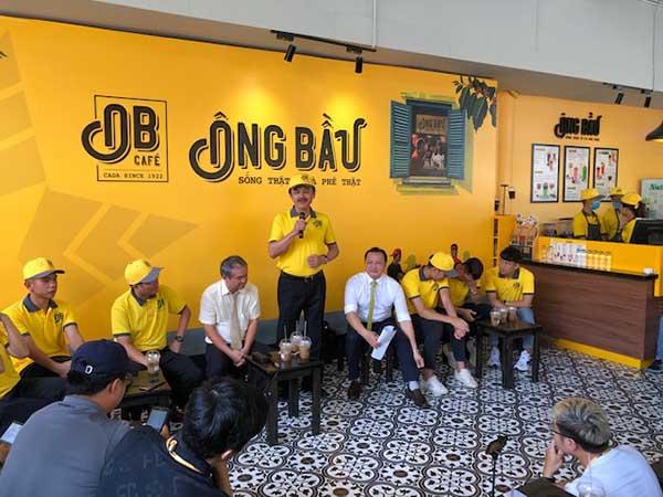 Các ông bầu Nguyễn Quốc Thắng, Đoàn Nguyên Đức và Trần Thanh Hải cùng sánh vai trong buổi ra mắt quán thứ 100 của thương hiệu cà phê Ông Bầu